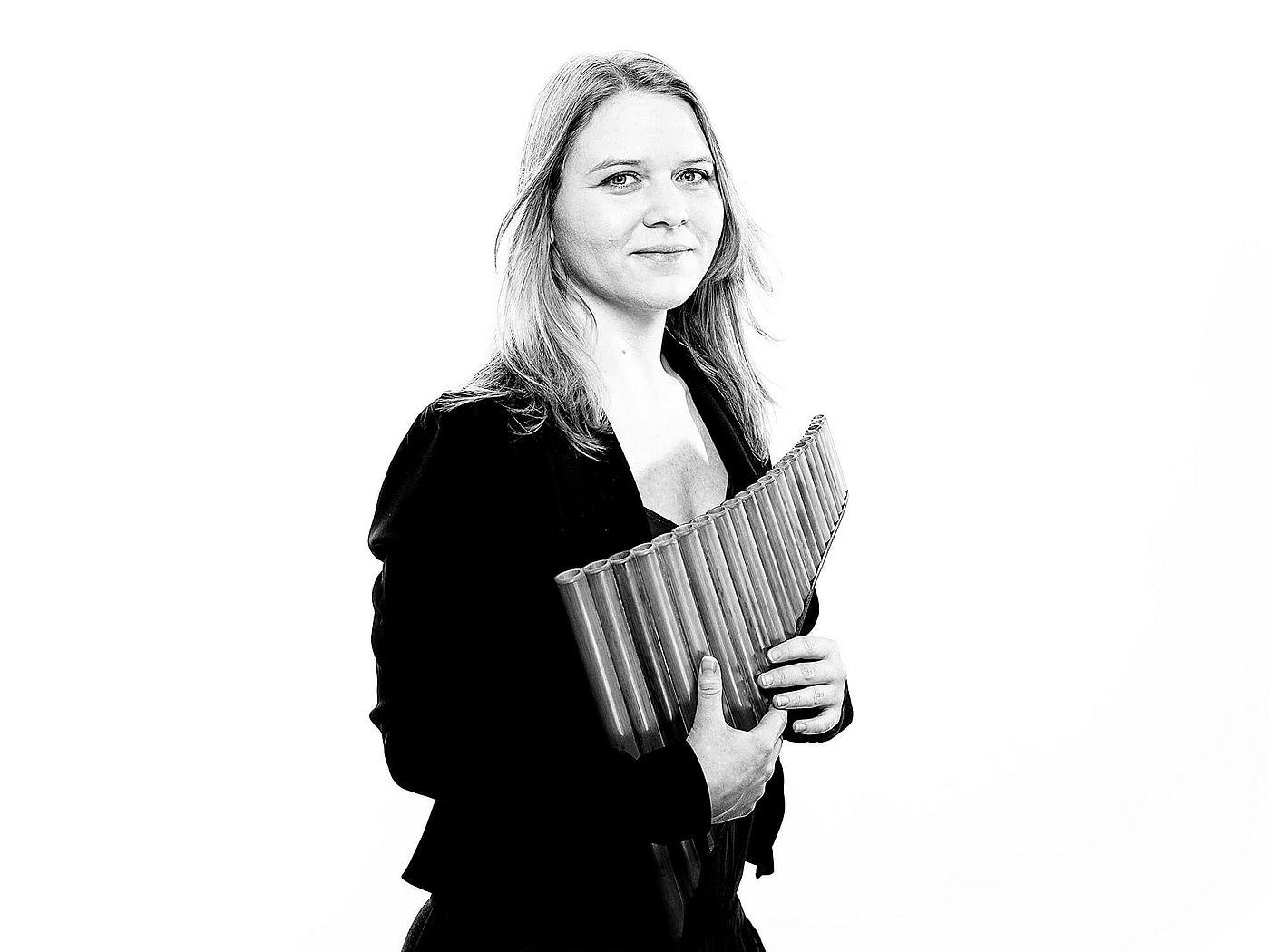 Sandra Dobler mit Panflöte